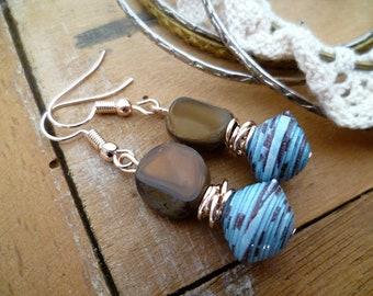 Boucles d'oreilles bohèmes or rose, perles en papier bleue et marron et véritables perles de bohème cristal tcheque marron, fête des mères