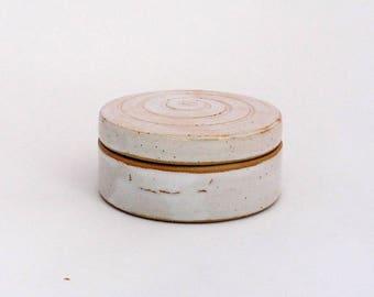 Petite boîte blanche avec décor spirale, grès