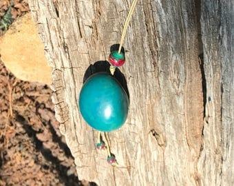 Collier en ivoire végétal turquoise  et cordon de coton enduit grège