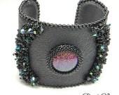 Bracelet en cuir de chameau noir, cabochon multichrome et cristal de Swarovski brodés, style glam-rock, bijou de créateur haut de gamme