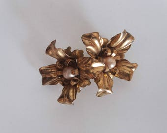 Vintage 1930s goldtone brooch   30s faux pearl jewerly