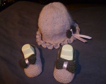 Set hat and booties with pink/gray