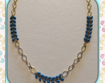 Necklace chain links oval and blue spike.