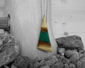 Necklace/pendant/pendant wood and resin green triangle