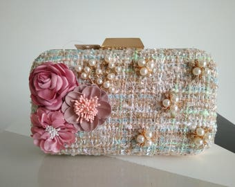 Floral embellished woven straw clutch