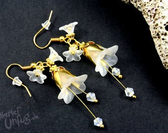 Earrings - white flowers, Lucite flowers, vintage, elegant, filigree, glass beads, white, gold, unique, handmade