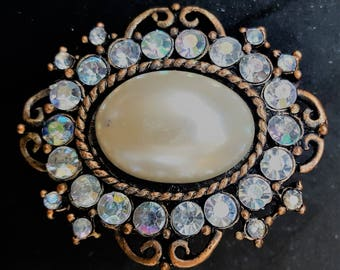 Pretty brooch with large pearl and luminous crystals