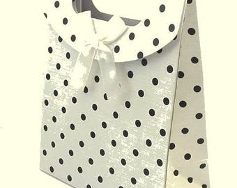 1 cardboard giftbox, off white background with black polka dots, 12x16cm (ou16)