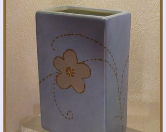 Porcelain vase, painted by hand embroidered flower pattern