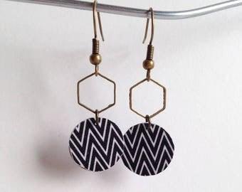 Beautiful earrings with zig zag print - silver metal