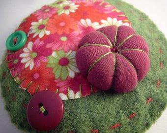 Broche en laine bouillie verte avec fleur en tissu cousue main, grosse broche ronde verte et rose, pièce unique. Made in France