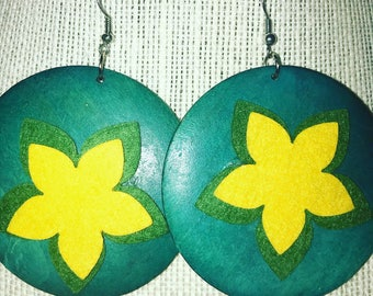 Round earrings with flower in the center