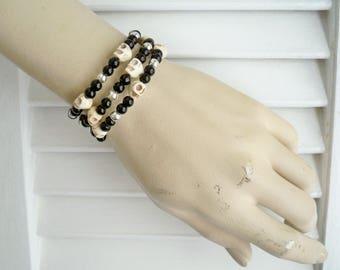 Skull beaded wrap bracelet - Black glass beads - Silver metal beads - Memory wire - One wrap cuff bracelet - bycat