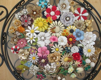 Vintage costume jewelry  / lot of 50 flower brooches