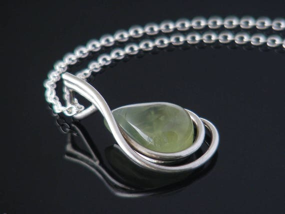 Prehnite & Sterling Silver Modernist Vintage Necklace | Light Green Gemstone, 925  Silver | 1960s Teardrop Gemstone Pendant - 20 Inch Chain