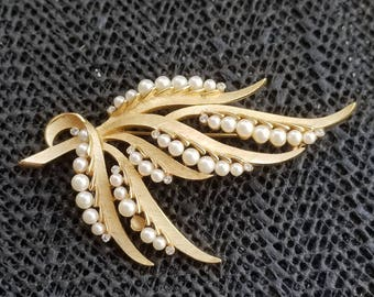 Vintage TRIFARI signed gold tone pin / brooch pearls