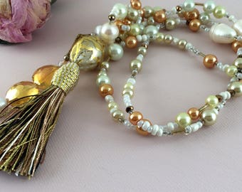 Bohemian wedding ivory tassel wedding necklace. OOAK bridal jewelry with ivory faux pearls and freshwater pearls. Artisan bridal necklace.