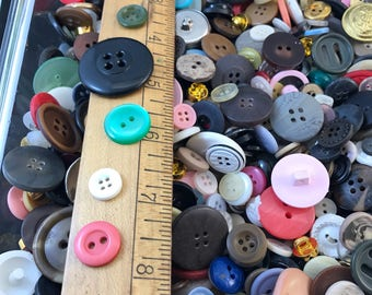 Bulk Buttons. BUTTON LOT. wholesale buttons. vintage buttons. plastic buttons. mixed colours. old buttons. craft buttons No.001507 cs