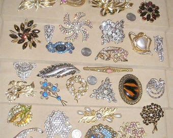 32 Vintage All Rhinestone & Glass Brooches Pins With Clips To Include A Signed Weiss Coro 1940's-60's  Jewelry 20015