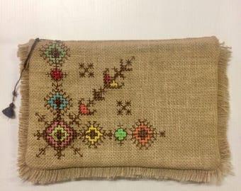 Pochette boheme sac brode en toile de jute PIECE UNIQUE avec pompons, embroidered bohemian vintage clutch bag, etnic  tribal purse