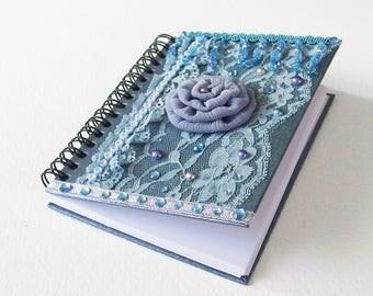 Carnet Baroque - Très Fleur Bleu - Relié spirales et papier recyclé - Dentelle, Perles, Strass - Création d'artiste, en pièce unique