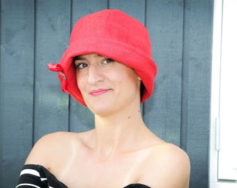 Red 1920s-inspired cloche hat, size 57 to 58 cm