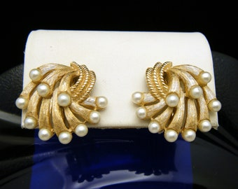 Crown Trifari Vintage Earrings Chantilly Gold Tone Sprays Faux Pearl Tips