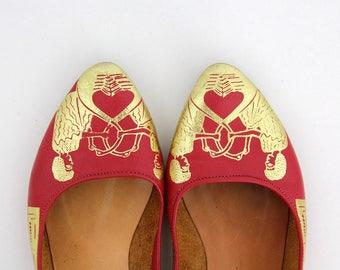Vintage shoes // Rare red and gold leather flats with Egyptian theme print // Pointy toe slip on flats