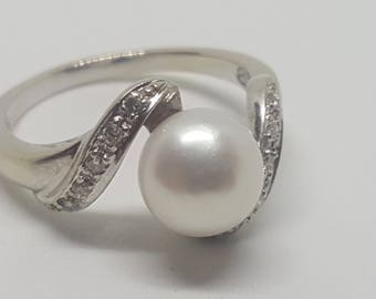 Ladies 14k solid white gold diamond and pearl ring