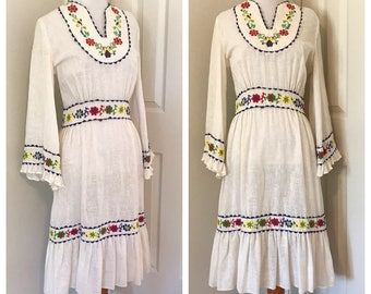Vintage Mexican Inspired Boho Dress. Vintage 70's White Boho Dress. 70's Cotton Dress with Embroidered Flowers. 70's White Peasant Dress.