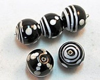 5 pieces Exclusive glass beads: Playful Shapes, ± 14x15 mm.