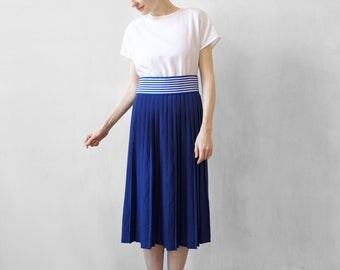 blue and white pleated dress / blue accordeon skirt / blue dress with striped belt / blue and white day dress / summer dress