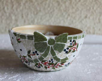 Mosaic dish: Garland of white flowers and green mosaic Ribbon.
