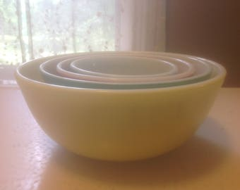 Vintage Pyrex primary color mixing bowls