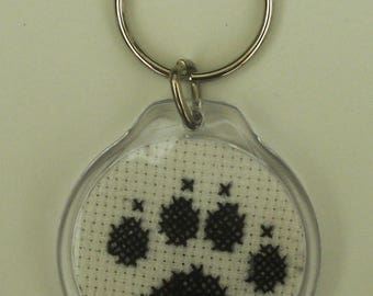 Cat paws, hand embroidered round keychain