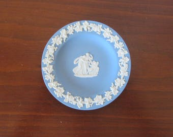 WEDGWOOD - Pale blue jasperware Pin Tray, decorated in white bas-relief with the neoclassical Cupid Asleep design - Made in England - 1970s