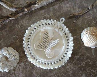 Cadre au crochet laine écru , avec papillon / jute ficelle page de livre ancien