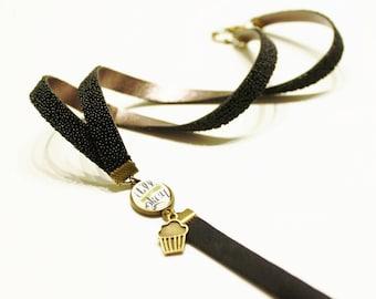 """Cordon fantaisie """"it'll be okay"""" avec ruban plat caviar pailleté et coton noir, cabochon illustré et breloque bronze"""