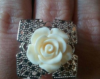 Metal with a resin flower ring is available in five colors