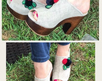 Sandals on canvas with embroidered appliques.