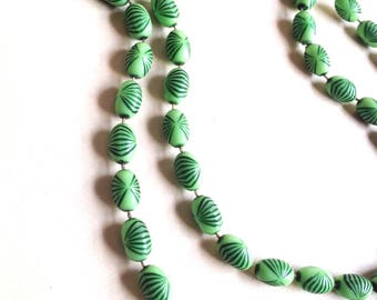 1920s 30s look Green plastic bead long necklace / 1930s 20s art deco influence 1980s beaded flapper strand