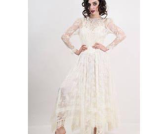 Vintage Jessica McClintock bridal gown / 1980s Gunne Sax cream white lace wedding dress / Sheer lace / Puffed sleeves / Handkerchief hem
