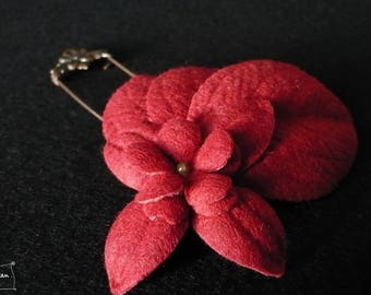 three red leaves brooch