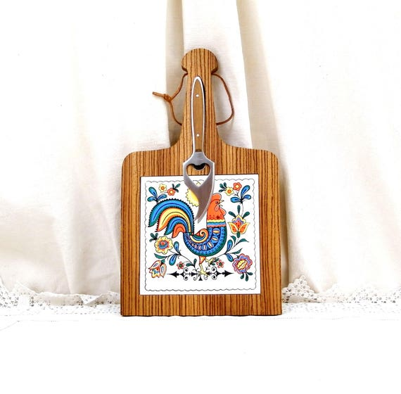 Vintage Mid Century Wooden Cheese Board with Colorful Rooster Pattern Ceramic Tile, Magnetic Cutting Knife and Hanging Loop, 60s / 70s Tray