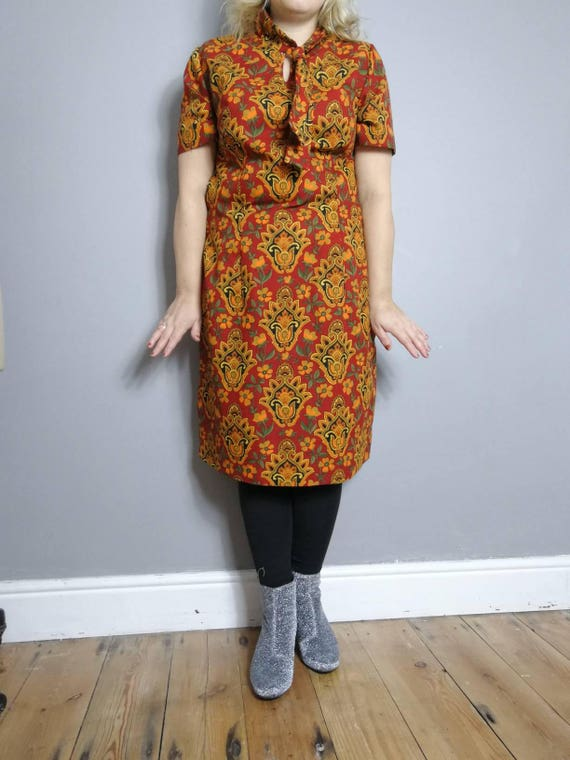 70s red and gold dress / 70s mod dress / 70s winter dress / red shift dress with gold patterns / tie at the front / 70s Polyester / large