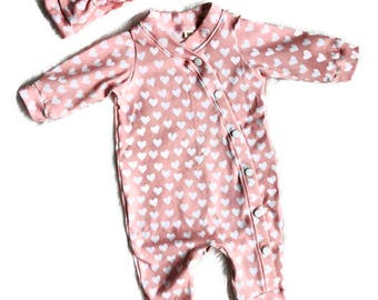 Baby Girl. 0-3 month Valentines Day Baby Outfit Set. Coming Home Outfit. Sleeper. Hearts. Pink. Headband. Bow. Girl Clothing. Footed.
