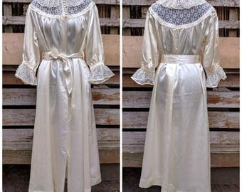 Vintage 1940's Ivory silk satin and lace belted robe with lace at neck and cuffs