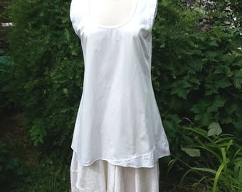 weßes Cotton satin dress with Flügelärmelchen and an asymmetrical lace insert at the hem