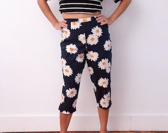 Vintage Daisy Pants - Daisy Pattern Capris - Vtg Daisy Shorts - 90s Daisy Fashion - Briggs Petite - Black Capris with Flower Print - Size 8P