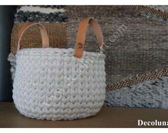 Panier / corbeille  minimaliste  de rangement réalisé en coton tressé trapilho écru avec anses en cuir camel